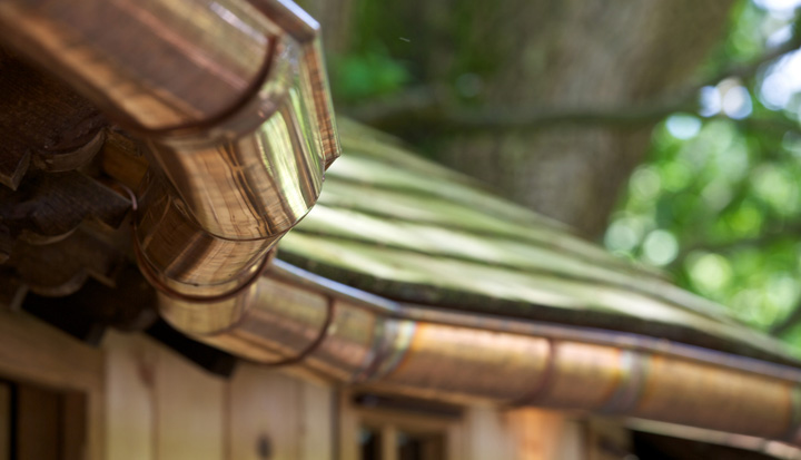 The wooden cladding and shingles of the Little Acorn treehouse, built and designed by Blue Forest, mimic the host tree.